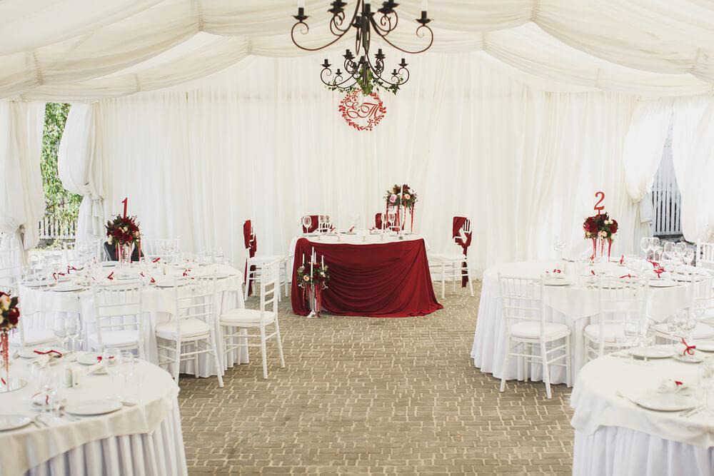 Wesele pod namiotem – pomysły i inspiracje na dekoracje ślubne