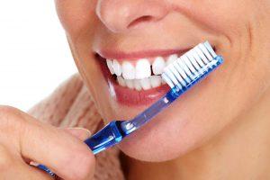 Jak dbać o implanty zębów? – poradnik