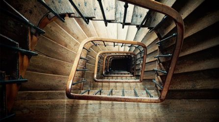 Schody zabiegowe czy schody kręcone? Którą opcję rozważyć, wybierając schody wewnętrzne?