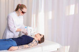 Usuwanie tatuaży – czy jest bezpieczne i skuteczne?