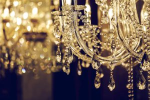 Żyrandol czy plafon? – porównanie