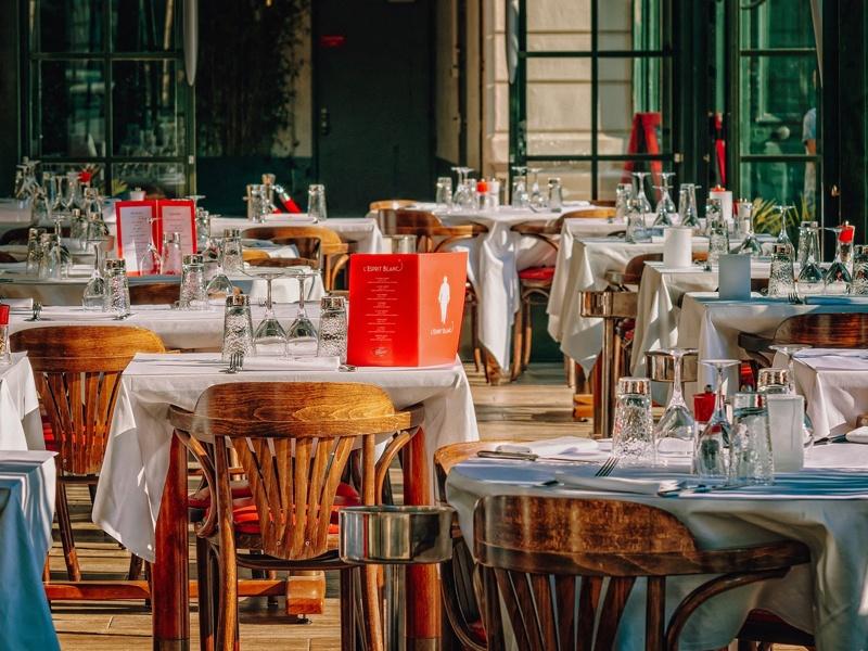 Kameralna uroczystość czy bal na sto par? Zamów catering i ciesz się chwilą!