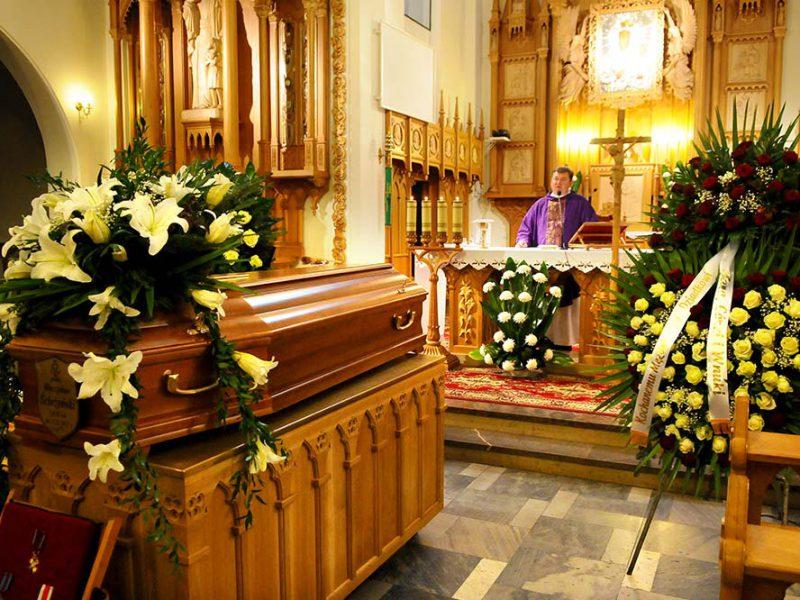 Ceremonia pogrzebowa w obrządku katolickim – jak wygląda i z jakich etapów się składa?